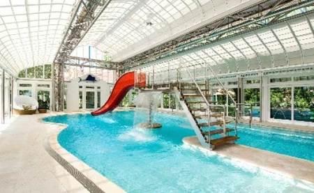 Una espectacular mansión con piscina interior en Los Hamptons