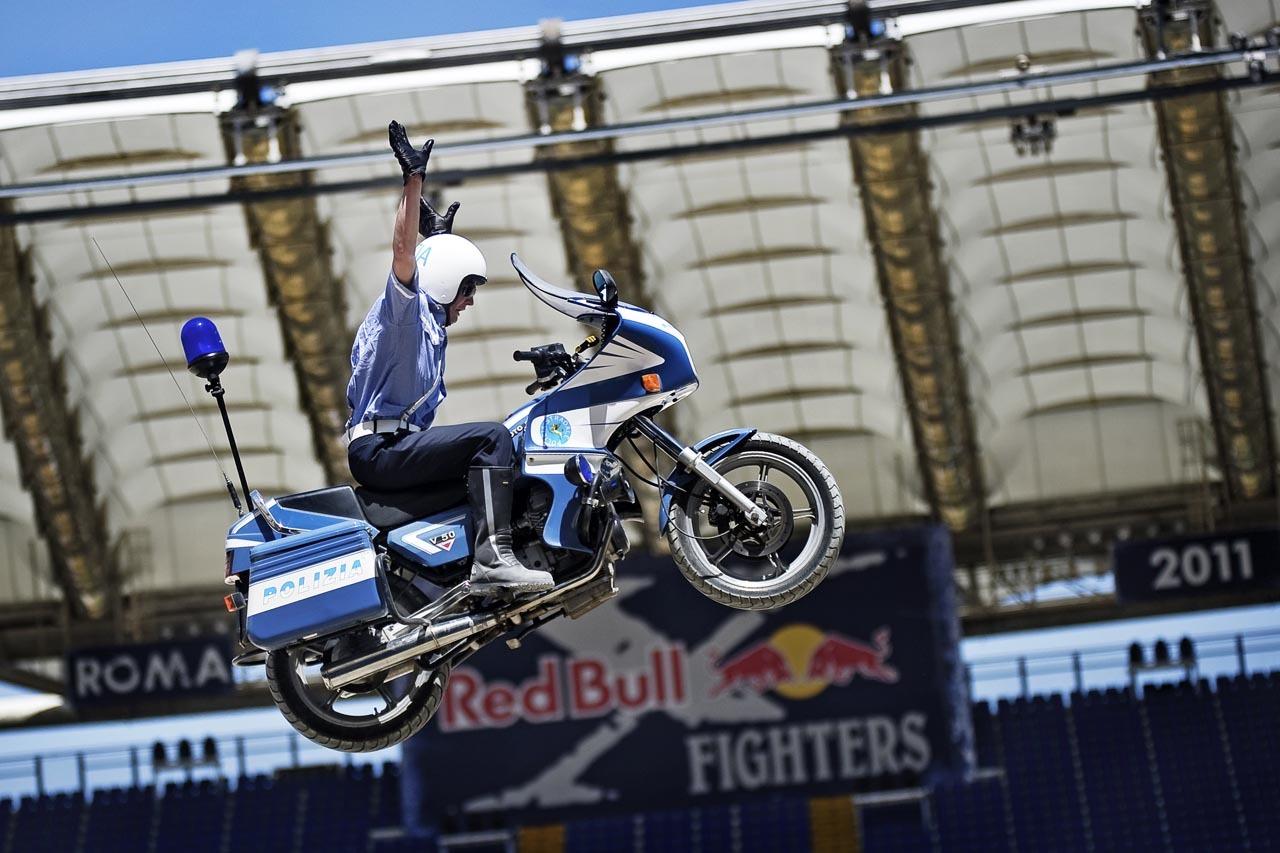 Foto de Red Bull X-Fighters de Roma, saltamos con una Moto Guzzi de la policía italiana (5/10)