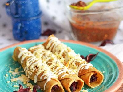 Tacos dorados rellenos de jamaica. Receta vegetariana