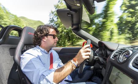 Porsche Boxster Spyder conduciendo