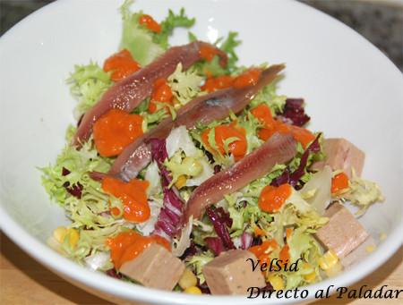 Ensalada con anchoas, atún y salsa de pimientos escalibados. Receta