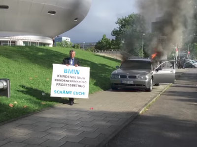 Un hombre quemó su BMW Serie 7 en protesta contra la marca... y no es la primera vez