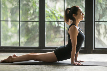 Las posturas y respiración propias del Yoga podrían mejor los síntomas de algunas enfermedades cardíacas (y tres asanas para practicar)
