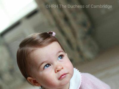 La Princesa Carlota de Cambridge cumple un año y lo celebra con nuevos retratos oficiales, ¡felicidades!