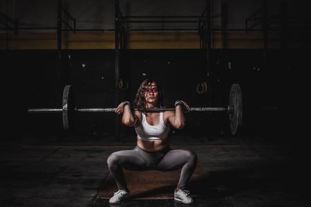 Cinco ejercicios de CrossFit que puedes hacer con barra y discos