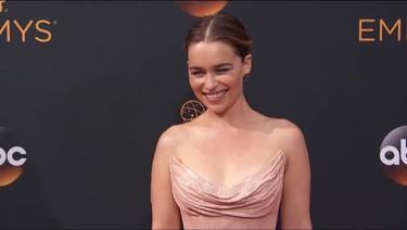 Emilia Clarke no acierta con el color de su vestido en los Premios Emmy 2016