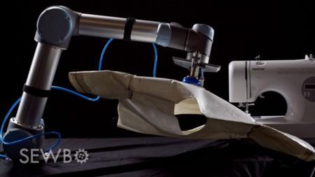 El robot costurero que cose prendas de ropa