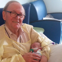 """Conoce al """"Abuelo UCI"""", que abraza a los bebés en la Unidad de Cuidados Intensivos de un hospital en Atlanta"""