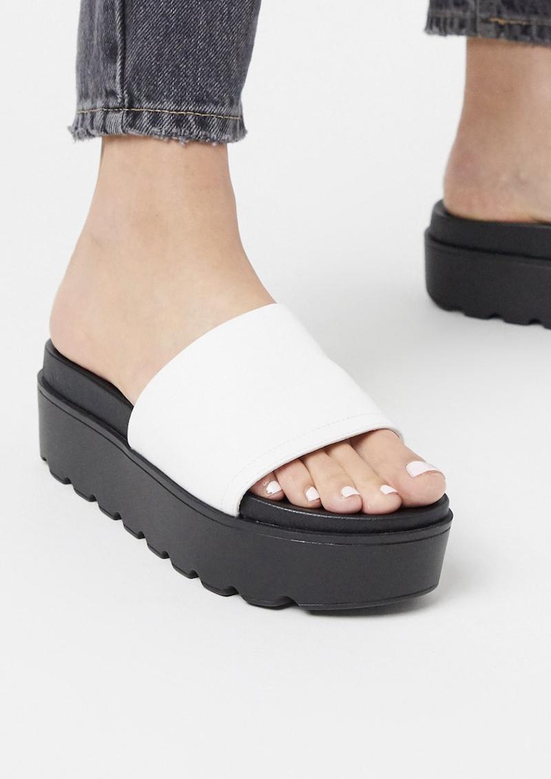 Sandalias estilo mule blancas con plataforma plana Tomassa de ALDO