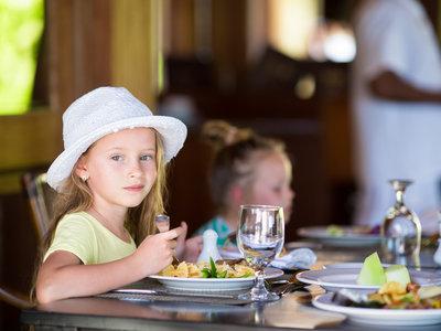 Un niño alérgico a la leche sufre una reacción al ingerir un postre en un restaurante que, según la carta, era apto para él