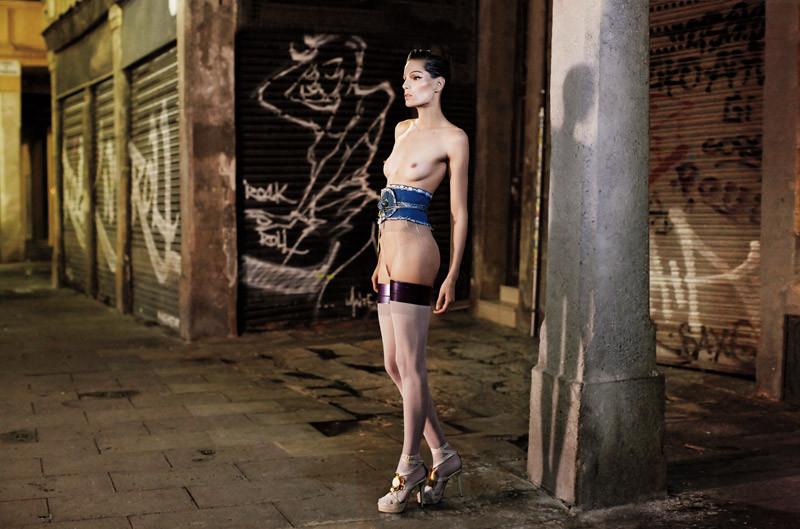 Foto de ¿Barcelona fomenta el desnudo en público? Una vergüenza de editorial con Iris Strubegger desnuda (4/8)