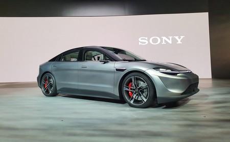 Vision-S, así es el primer auto de Sony: eléctrico, con 33 sensores, inteligencia artificial y una enorme pantalla en el tablero