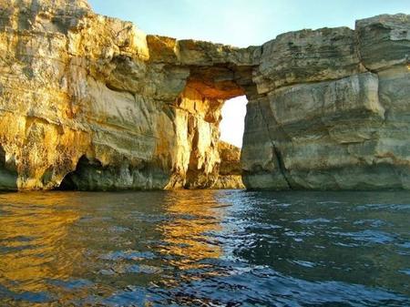 Un paseo en barca junto a la Ventana Azul en Gozo, Malta