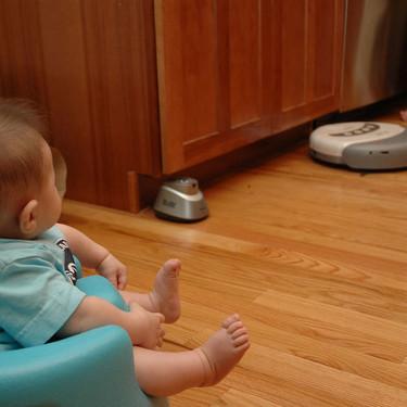 """Roomba baby: bebés que se """"pasean"""" sobre robots de limpieza, una moda poco segura"""