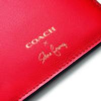 El bolso de Coach x Selena Gomez no es un bolso cualquiera: lleva el tatuaje de la cantante