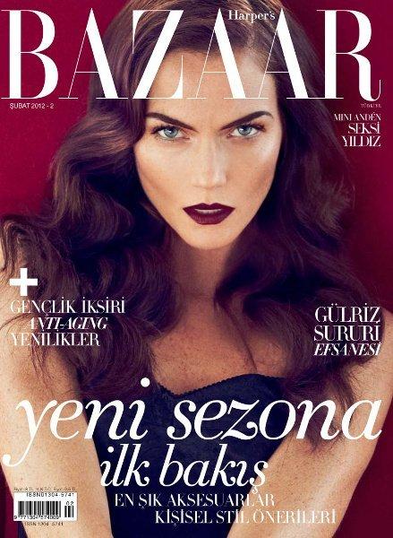 Mini Anden en la portada de Harper's Bazaar con labios granates y cejas infinitas, ¡te echábamos de menos Mini!