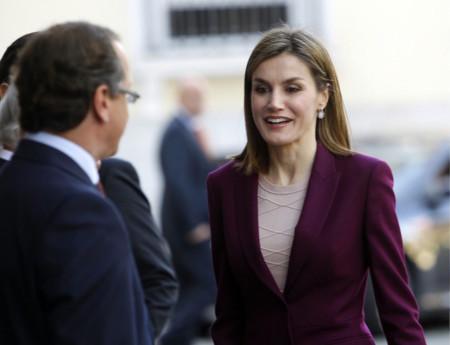 ¡Doña Letizia sabe cómo estilizar su figura! Este traje de chaqueta de color púrpura le sienta muy bien