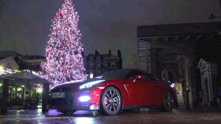 Video: Santa Claus dejó atrás el trineo y repartió juguetes en un Nissan GT-R