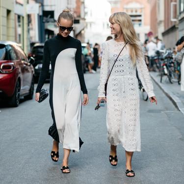 Siete ideas para lucir tus sandalias negras en los looks de invitada de todo el año (incluso en invierno)