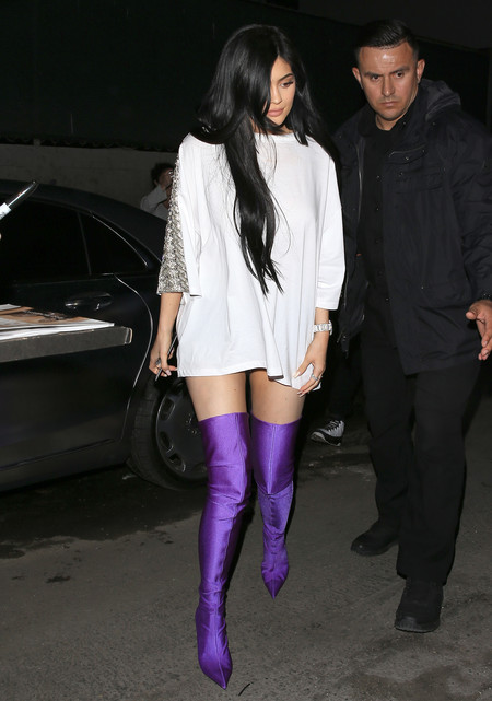 kylie jenner look estilismo botas moradas