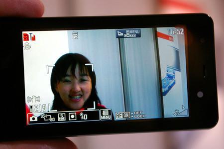 Nec N905i, móvil con cámara de fotos y detección de rostros
