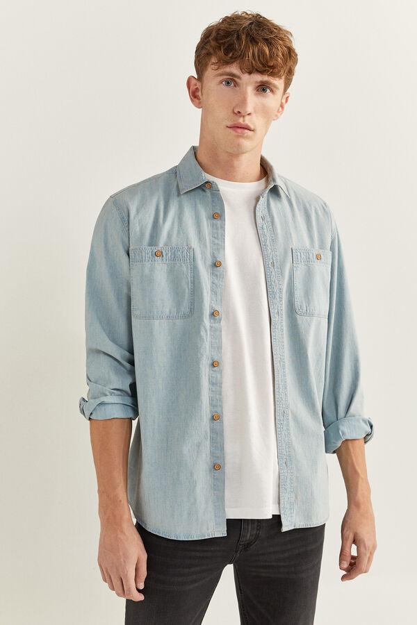 Camisa en denim en tono azul claro con bolsillos