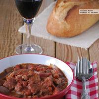 Estofado aromático de cerdo y cebolla roja al vino tinto y chocolate. Receta