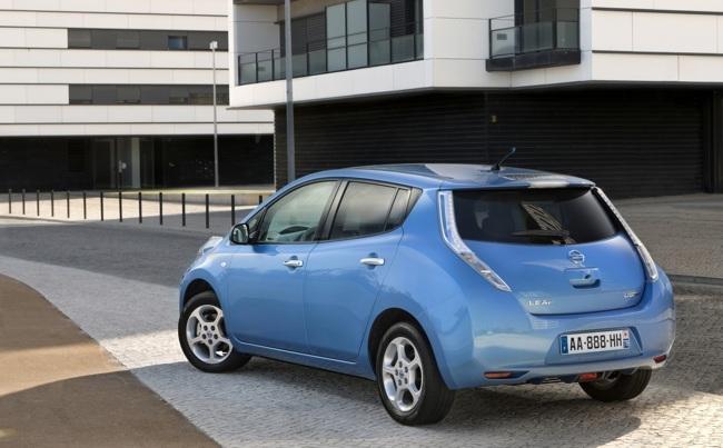 Nissan LEAF azul trasera