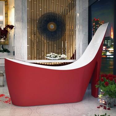 La estrambótica bañera con forma de zapato de Anzzi, ¿glamour u horror?