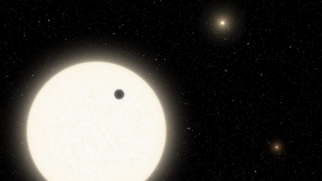Este planeta se encuentra en un sistema solar múltiple: tres estrellas afectan directamente a la configuración de su órbita