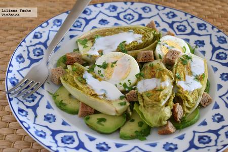Ensalada de cogollos a la plancha con aguacate y yogur de cabra: receta saludable