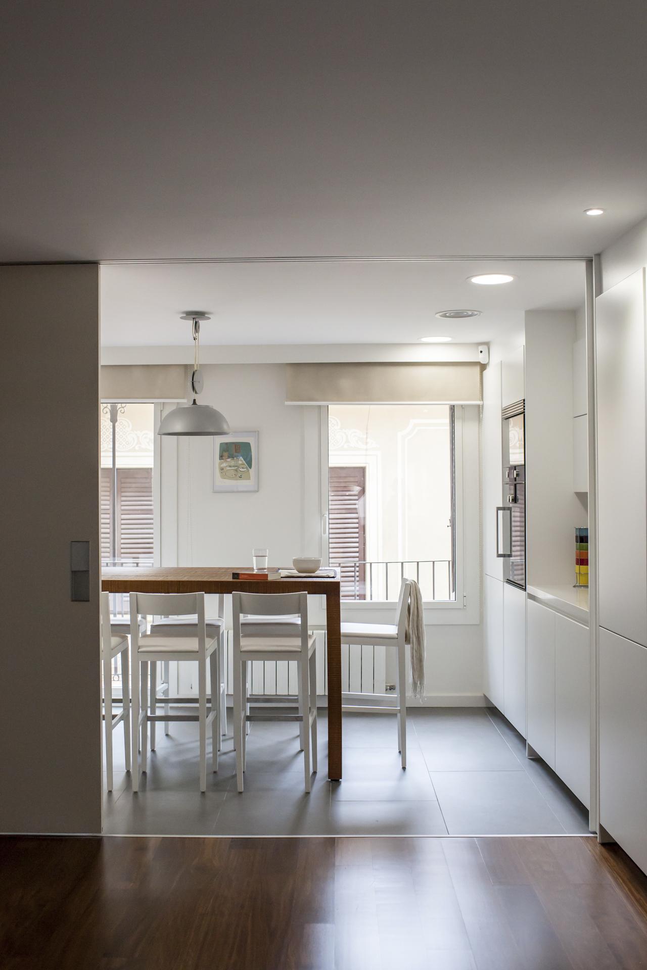Una cocina que se conecta y se desconecta del resto de la - Puertas correderas para cocinas ...