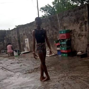 La historia del niño nigeriano bailando ballet descalzo bajo la lluvia: un ejemplo de talento y constancia