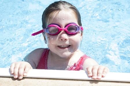 """""""¡Mi hijo tiene miedo al agua!"""": cómo ayudarle a superar este temor tan frecuente en la infancia"""