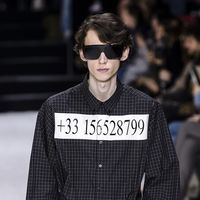 La camisa con teléfono real de Balenciaga y otros detalles que no hay que perder de vista de su desfile