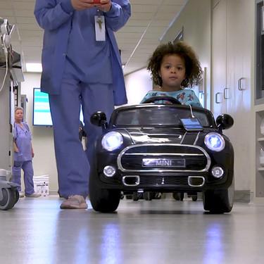 Coches eléctricos para reducir el estrés: en este hospital, los niños entran al quirófano sobre ruedas