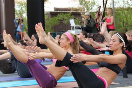 Tres posturas de yoga que fortalecen tu abdomen