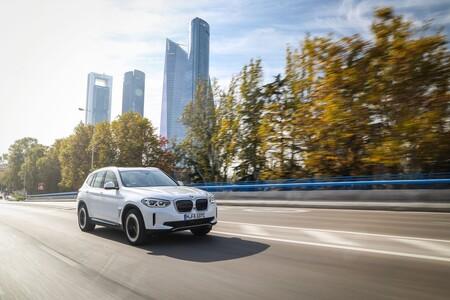 BMW iX3 Prueba frontal lateral en marcha