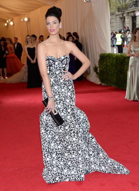 Jessica Paré con las flores de Michael Kors en la Gala del MET 2014