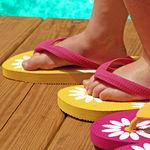 El uso prolongado de chanclas y crocs podría dañar los pies y la columna de los niños