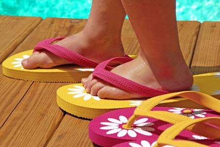 El uso prolongado de chanclas y calzado tipo crocs podría dañar los pies y la columna de los niños
