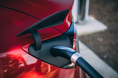 La carga bidireccional es el último secreto de Tesla: encuentran que los Model 3 están preparados para devolver energía y cargar otros coches