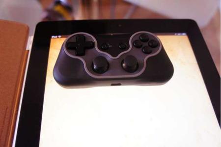 El Steelseries Free encima de un iPad 2, para que veáis su tamaño real