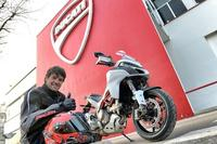 Carlos Checa va a Borgo Panigale a por su nueva Ducati Multistrada 1200 DVT