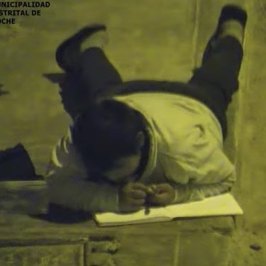 Un niño de 12 años hace sus deberes a la luz de una farola porque en su casa no hay luz: un ejemplo de superación
