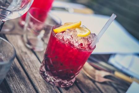 Tres cocteles con frutas, jugos y alcohol que (te prometemos) no te provocarán resaca