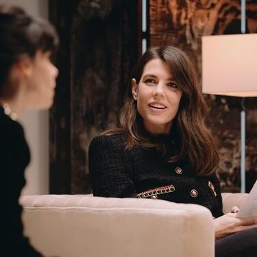 Carlota Casiraghi nos muestra (con derroche extra de elegancia) que la chaqueta de tweed y los vaqueros pueden crear un look perfecto