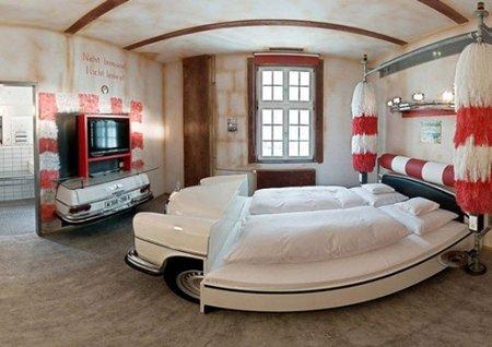 Un dormitorio para amantes de los coches y su televisión.