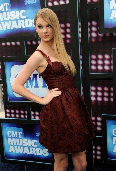 Todas las celebrities en los CMT Music Awards: Taylor Swift 1