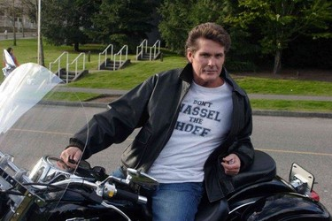 David Hasselhoff es todo un macho ibérico y tiene una novia en cada puerto
